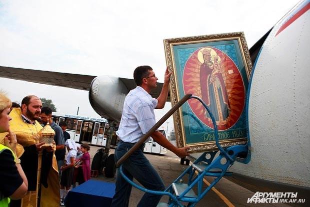 Икону «Благодатное небо» осторожно внесли в самолет.