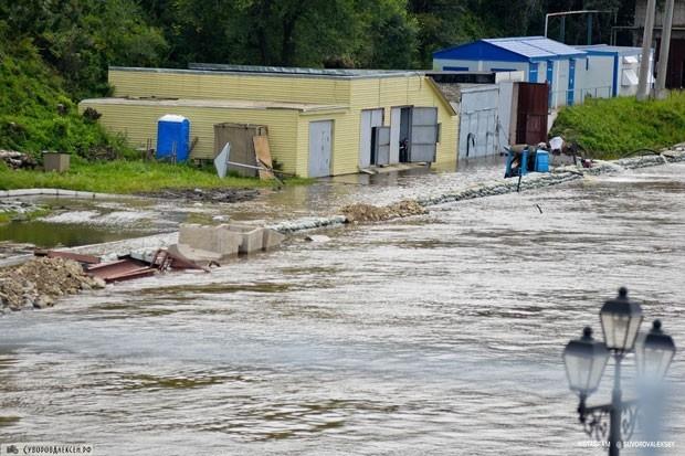 Затоплены многие гаражные кооперативы, находящиеся по берегам Амура. Многие машины владельцы даже не успели вывести из гаражей.