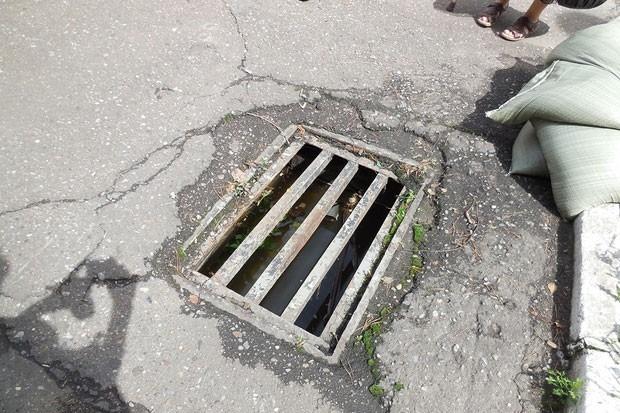 В некоторых местах ливневые канализации закрывают мешками с песком.