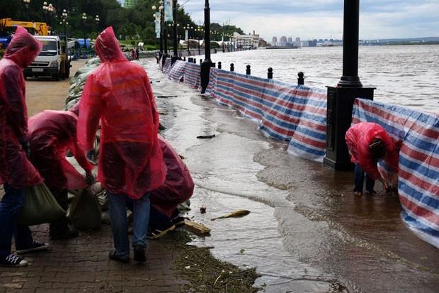 Волонтеры помогают укреплять берег.
