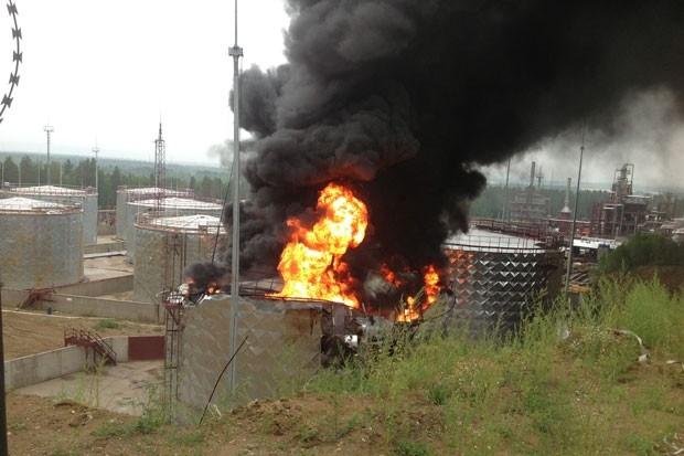 Спасатели эвакуировали рабочих предприятия и предприятия, расположенного рядом. Всего около 300 человек.