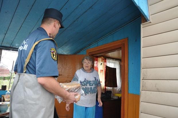Тем, кто не хочет оставлять жилище, спасатели доставляют питьевую воду и хлеб.