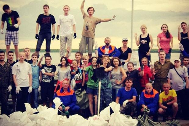 Волонтеры вносят огромный вклад в спасение Хабаровска. Молодые люди добровольно работают на строительстве дамб.