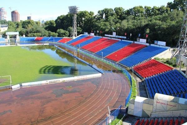 Постепенно вода равномерно затопила всю площадь стадиона.