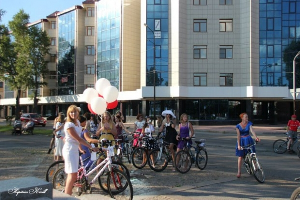 Иркутяне с удовольствием разглядывали элегантных вело-леди, пока те совершали свой маршрут.