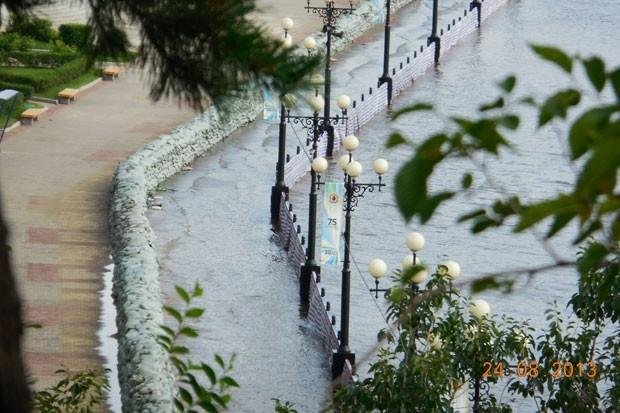 Укрепления, сделанные на набережной Хабаровска, пока справляются с прибывающей водой.