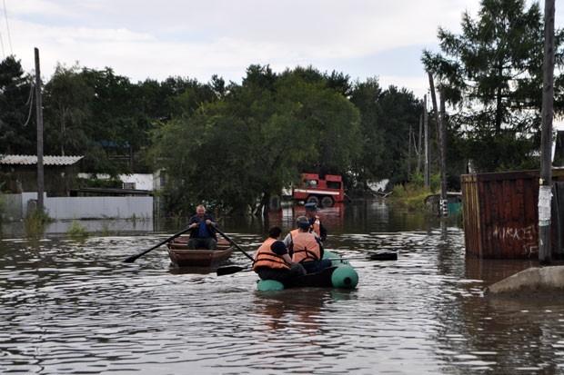 Спасатели продолжают эвакуацию жителей из подтопленных районов. Однако некоторые жители отказываются покидать дома, так как боятся мародерства.