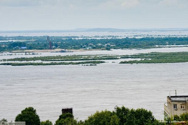 Напомним, губернатор Хабаровска пообещал выплатить из резервного фонда Приморского края компенсации людям, чьё имущество и огороды пострадали из-за наводнения. Размер компенсации составил от 10 до 25 тысяч рублей.