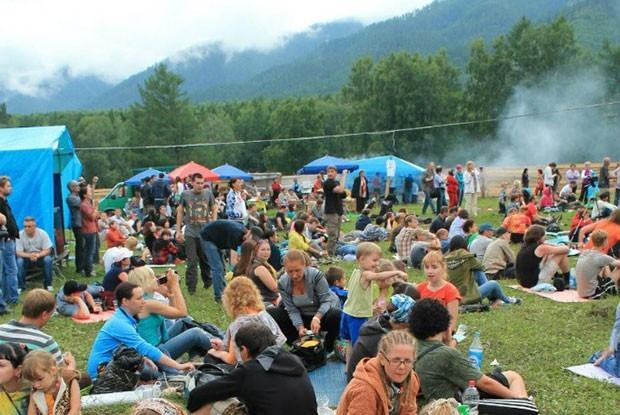 Зрителей организаторы обеспечили туристическими ковриками для удобного сидения на траве.