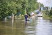 Жители подтопленных районов города передвигаются на лодках.