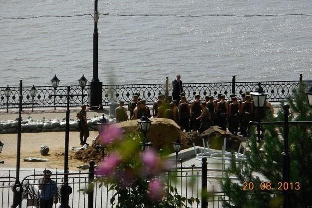 Набережная Хабаровска заполнена военными и спасателями.
