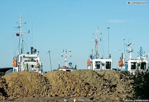На строительстве заграждений задействовано около 100 большегрузных машин. Администрация Хабаровска надеется на понимание жителей города.