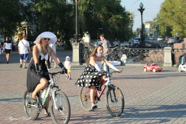 Девушки не только надели платья, но еще и украсили себя различными аксессуарами от бус до шляпок.