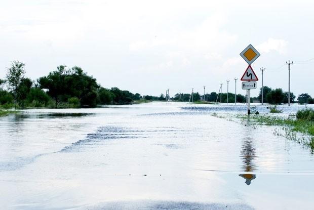 Под затопление попали автомобильные дороги в Благовещенске.
