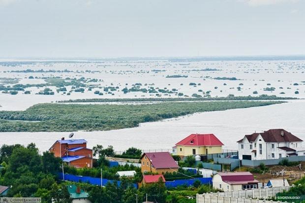 Всего в городе построено 12 дамб протяженностью более 11 тысяч метров. Сильнее всего по-прежнему страдают районные  поселки и дачные участки.