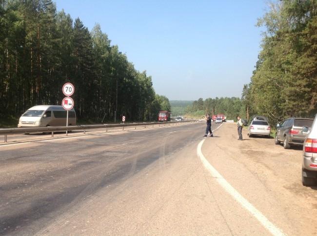 Эпицентр горения находится в 600 метрах от федеральной трассы М-53. Затруднений в движении нет, работает ГИБДД.