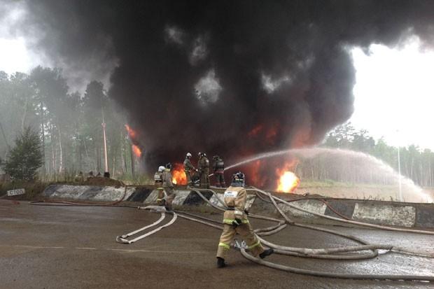 Пожарные продолжают  бороться с огнем.