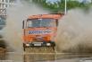 Городской транспорт пытается преодолеть водные препятствия.