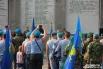 У мемориала «Вечный огонь» бойцов поздравили депутаты и командиры.