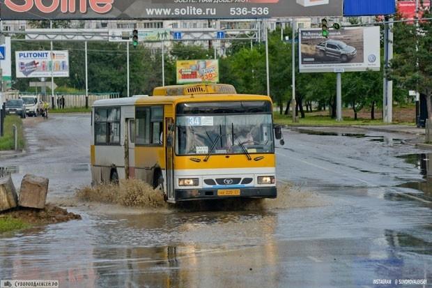 Транспорту приходится передвигаться по воде.