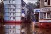 В ряде районов Хабаровска вода уже стоит у многоэтажных домов. Неохотно эвакуируются жители первых этажей.
