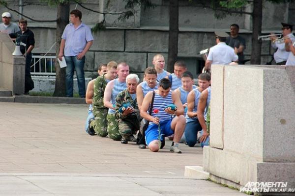 Все бойцы опустились на колени ,чтобы отдать память погибшим друзьям.