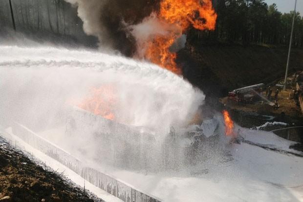 Пожарные предприняли пенные атаки. Тушения осложняла нехватка пенообразователя.