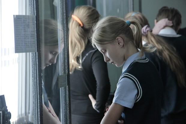 Мальчишки и девчонки с интересом разглядывают экспонаты