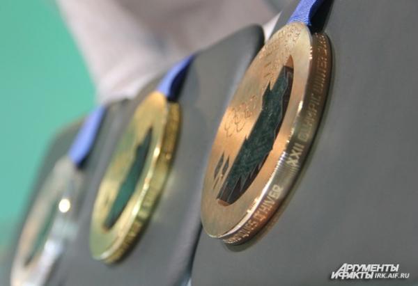 На изготовление всех комплектов ушло 2,5 килограмма золота, 2 тонны серебра и 7 центнеров бронзы.