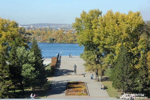 Вид на памятник Белобородову