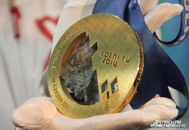 В центре каждой медали - прозрачный кристалл с традиционными русскими орнаментами.