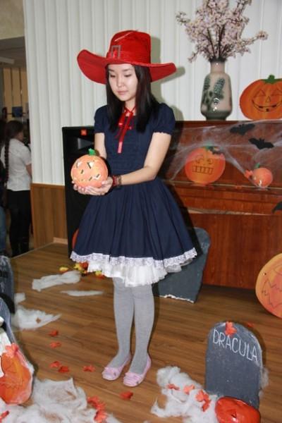 Фестиваль был посвящён Хэллоуину.