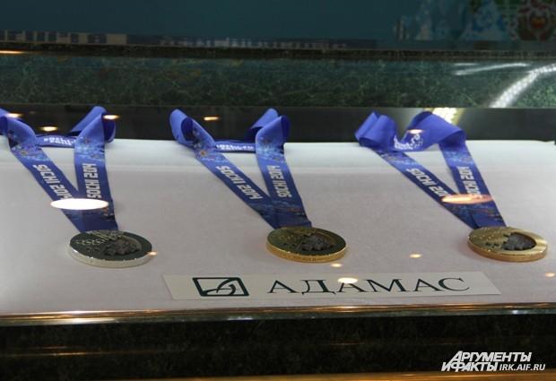 Каждая из таких наград будет для спортсменов нелёгкой во всех смыслах: вес медали - более полукилограмма.