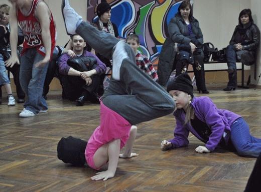 Свое умение владеть телом показали как шестилетние малыши, так и профессиональные танцоры. Атмосфера была теплая и зажигательная.
