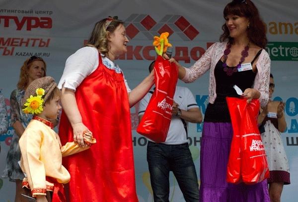 Редактор www.kazan.aif.ru Наталья Штеле награждает Инну Сычеву, коляска «Царевна-лягушка»