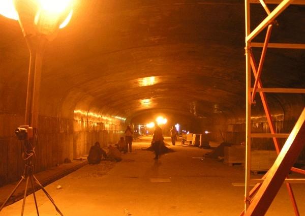 Станция «Авиастроительная» - платформа станции сводчатого типа, станционный комплекс включает в себя два вестибюля, платформу и другие необходимые элементы.