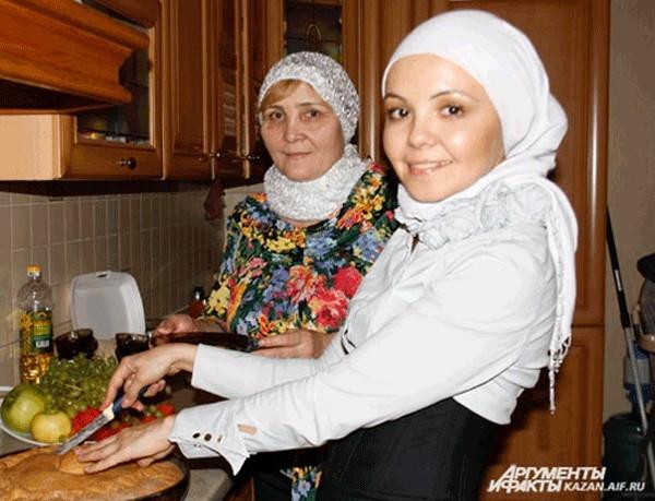 Женщины остаются дома, чтобы приготовить обед