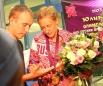 Юлия Зарипова дает автограф болельщику.