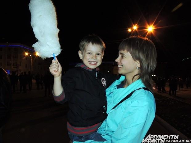Рома Коновалов - один из фанатов Дины Гариповой - пришел смотреть трансляцию вместе с мамой.