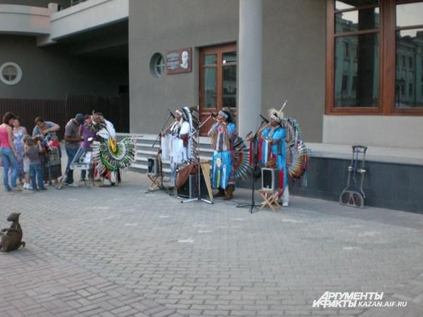 Музыканты исполняют древние ацтекские мотивы