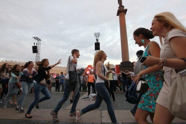 Выпускники танцуют на празднике Алые паруса в Санкт-Петербурге
