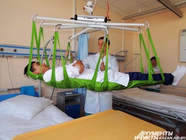 Врачам не надо вручную перемещать пациента с каталки на койку. Для этого есть  специальное оборудование, способное поднимать до 100 килограммов.