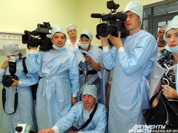 Казанские журналисты в операционном отделении