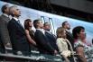 Почетные гости церемонии встали при исполнении гимна