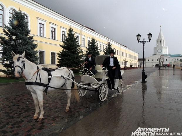 По Казанскому Кремлю на карете путешествовал Александр Сергеевич Пушкин, зазывая всех на выставку.