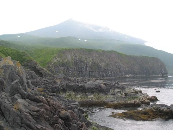 Небольшой, живописнейший клочок суши (примерно 6 на 12 километров) расположен в самом центре архипелага