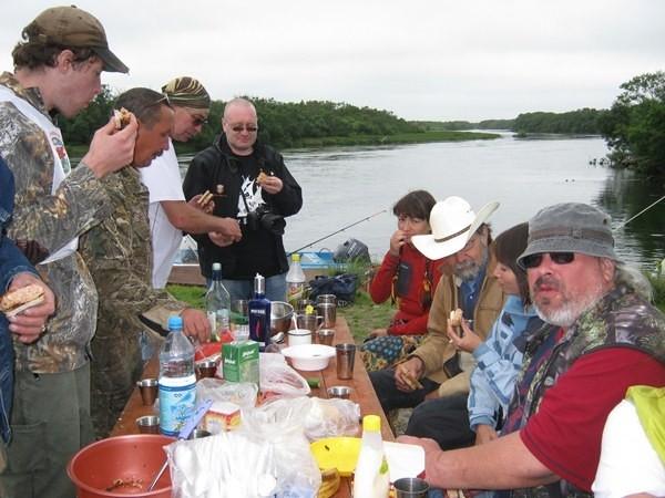 Обедают все вместе: рыбаки, барды, гости и хозяева, русские и американцы