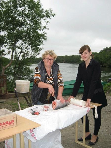 Марина Беляева, глава фермерского хозяйства из Кавалерского, приехала покормить рыбаков – безвозмездно.