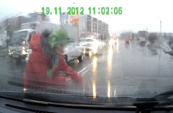 Женщину сбили прямо на переходе, где она переходила дорогу на красный сигнал светофора. Горожанка отделалась ушибами. Три машины помяты
