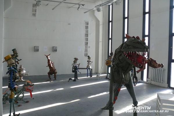 Двухметровый тиранозавр — пожалуй, самая опасная скульптура на выставке